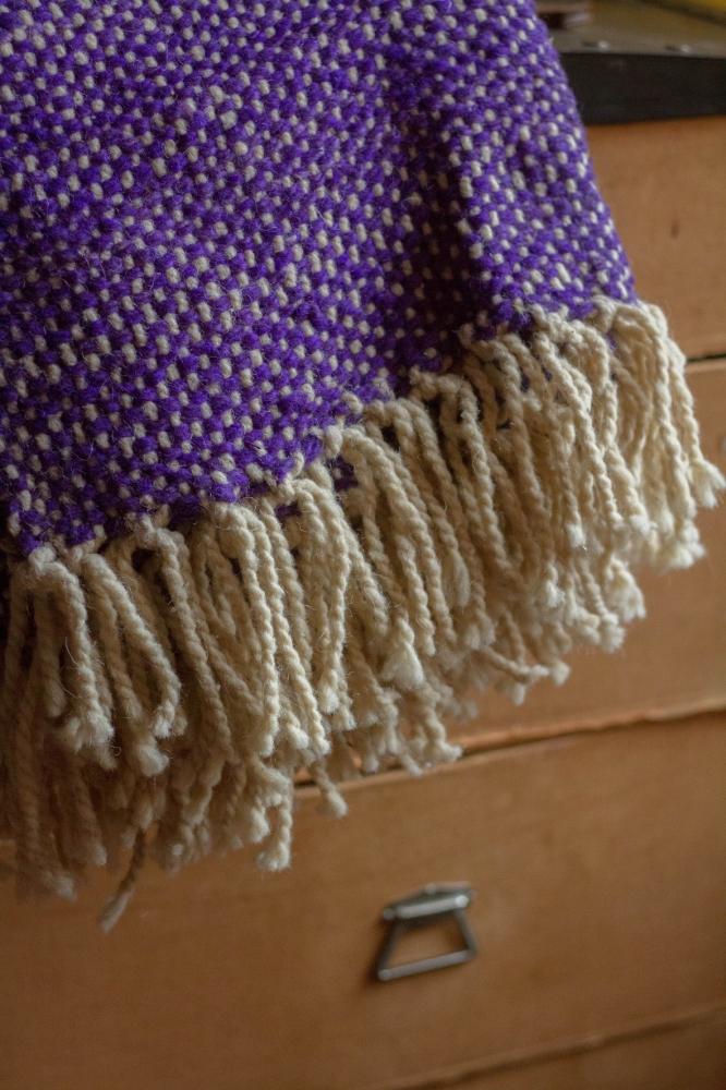 la couverture violette en laine cuivre d tails vintage ethniques et graphiques. Black Bedroom Furniture Sets. Home Design Ideas