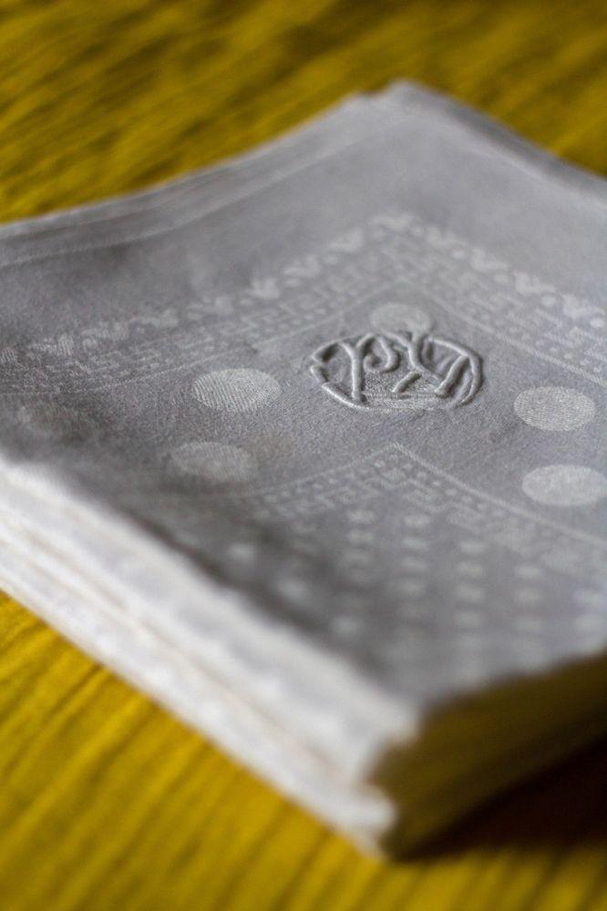 linge ancien brode les serviettes cuivre d tails vintage ethniques et graphiques. Black Bedroom Furniture Sets. Home Design Ideas
